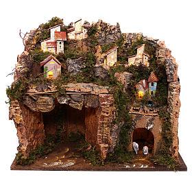 Cabanas e Grutas para Presépio: Aldeia iluminada na montanha com gruta e fenil para presépio com figuras de 9 cm de altura média