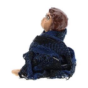 Bambino seduto a terra per presepe napoletano di 8 cm s2