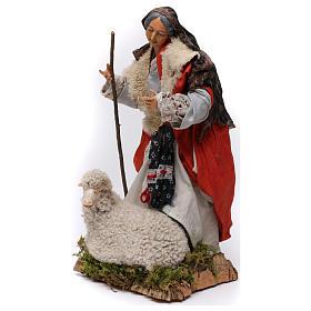 Vecchietta con pecorella per presepe Napoli stile 700 di 35 cm s3