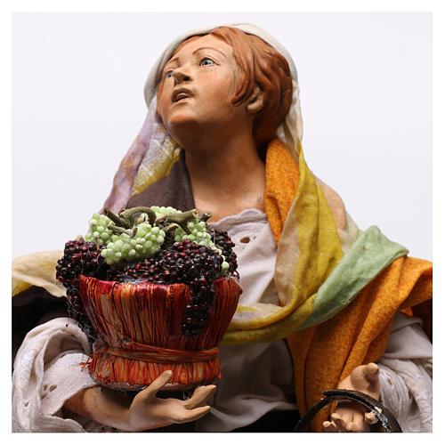 Donna con due cesti d'uva per presepe Napoli stile '700 di 35 cm 2