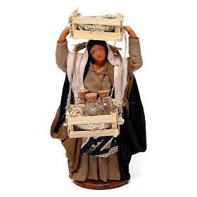 Donna con casse di legno e bottiglie di vetro per presepe Napoli di 12 cm s1
