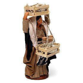 Donna con casse di legno e bottiglie di vetro per presepe Napoli di 12 cm s3