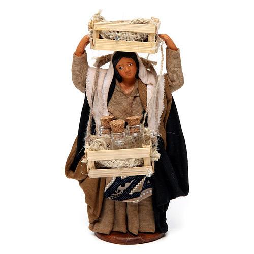 Donna con casse di legno e bottiglie di vetro per presepe Napoli di 12 cm 1
