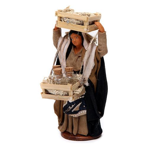 Donna con casse di legno e bottiglie di vetro per presepe Napoli di 12 cm 2