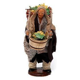 Uomo con cesti di uva per presepe napoletano di 12 cm s1