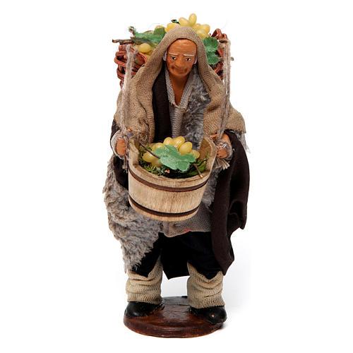 Uomo con cesti di uva per presepe napoletano di 12 cm 1
