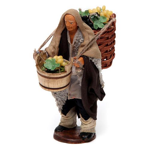 Uomo con cesti di uva per presepe napoletano di 12 cm 2