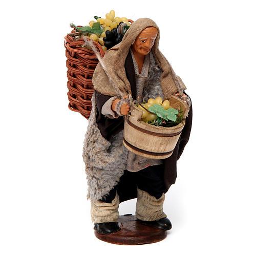 Uomo con cesti di uva per presepe napoletano di 12 cm 3