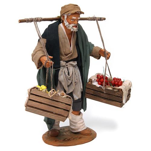 Uomo con due cesti di frutta e verdura per presepe napoletano 30 cm 3