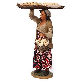Donna con cesto di pane per presepe napoletano 30 cm s2