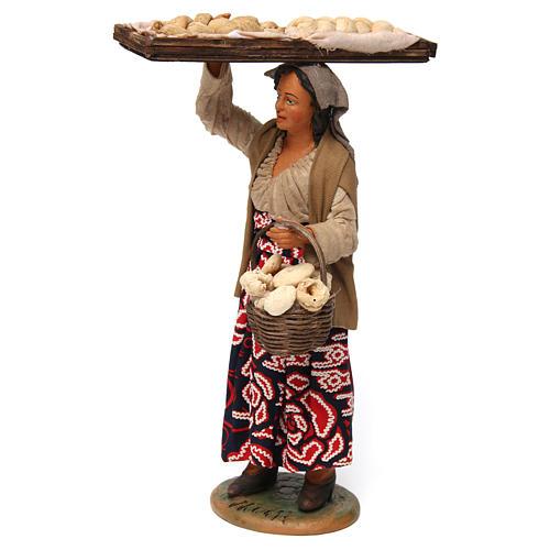 Donna con cesto di pane per presepe napoletano 30 cm 2