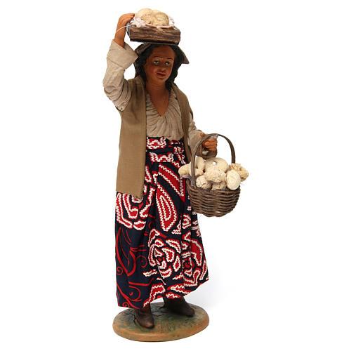 Donna con cesto di pane per presepe napoletano 30 cm 3