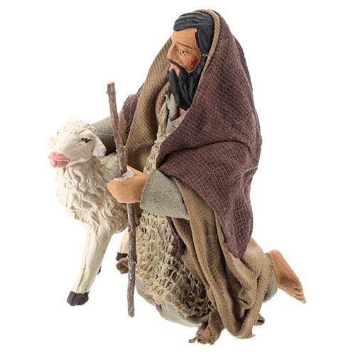 Pastor árabe de rodillas con ovejita 14 cm 3