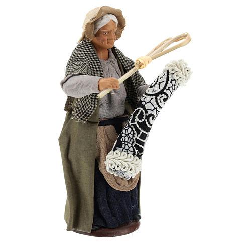 Estatua mujer que sacude la alfombra 13 cm 4
