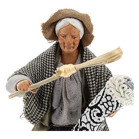 Statua donna che batte il tappeto 13 cm s2