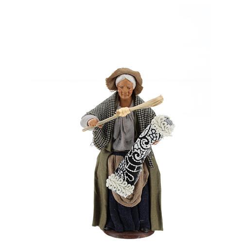 Statua donna che batte il tappeto 13 cm 1