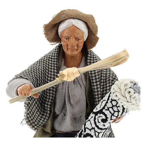 Statua donna che batte il tappeto 13 cm 2