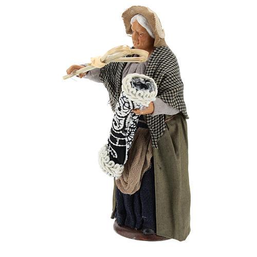 Statua donna che batte il tappeto 13 cm 3