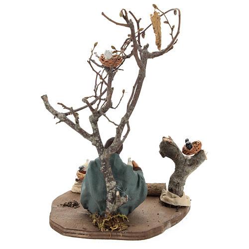 Mujer sentada bajo el árbol con pajaritos belenes 14 cm 5