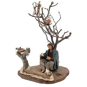Donna seduta sotto l'albero con uccellini presepi 14 cm s3