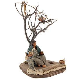 Donna seduta sotto l'albero con uccellini presepi 14 cm s4