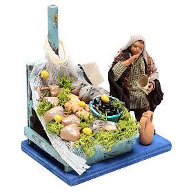 Pescivendolo con banco pesce 10x10x10 cm per presepe Napoli di 10 cm  s3