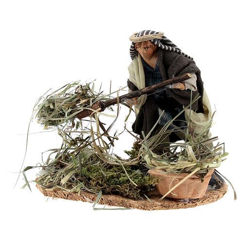 Farmer shoveling straw, 8 cm Neapolitan nativity terracotta 2
