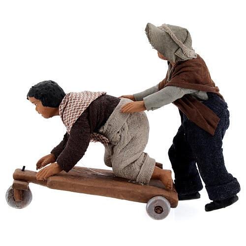 Crianças jogando com carrinho cena para presépio napolitano com figuras de altura média 13 cm 1