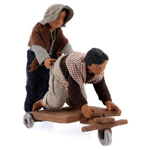 Crianças jogando com carrinho cena para presépio napolitano com figuras de altura média 13 cm 3