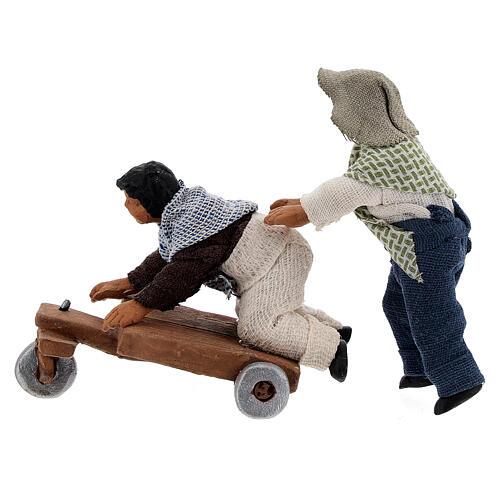 Duas crianças jogando com carrinho cena para presépio napolitano com figuras de altura média 10 cm 3