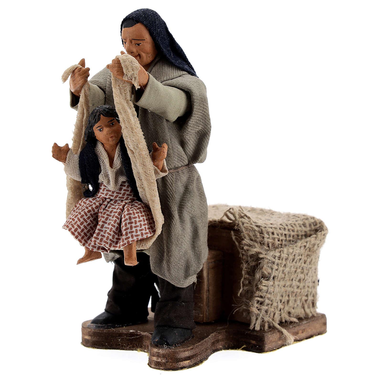 Cena em movimento pai com filha presépio de Nápoles figuras altura média 12 cm 4