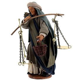 Pastor com balança e cesto para presépio napolitano com figuras de altura média 13 cm s3