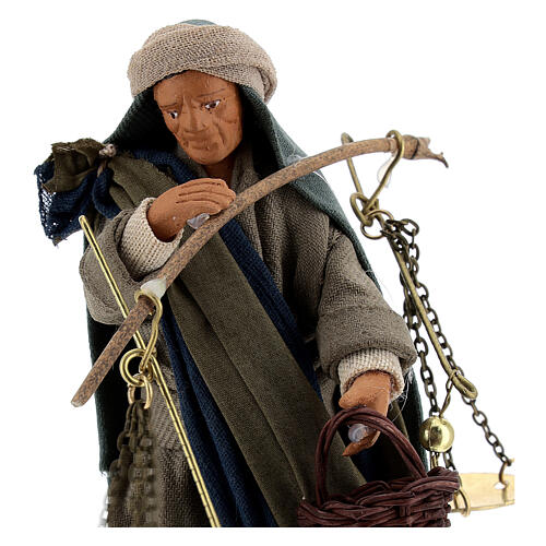 Pastor com balança e cesto para presépio napolitano com figuras de altura média 13 cm 2