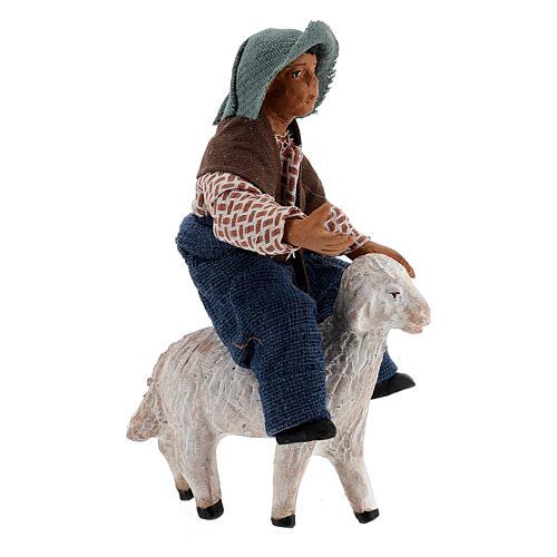 Criança jogando com ovelha para presépio napolitano com figuras de altura média 10 cm 3