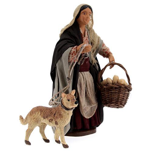 Mulher com cesto e cachorro com coleira para presépio napolitano com figuras de altura média 13 cm 3