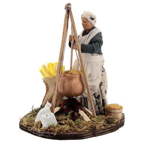 Mulher cozinhando polenta com espigas de milho para presépio napolitano com figuras de altura média 15 cm 1