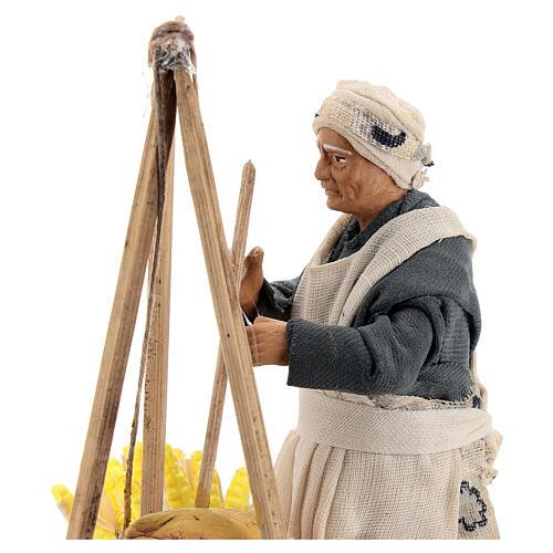 Mulher cozinhando polenta com espigas de milho para presépio napolitano com figuras de altura média 15 cm 2