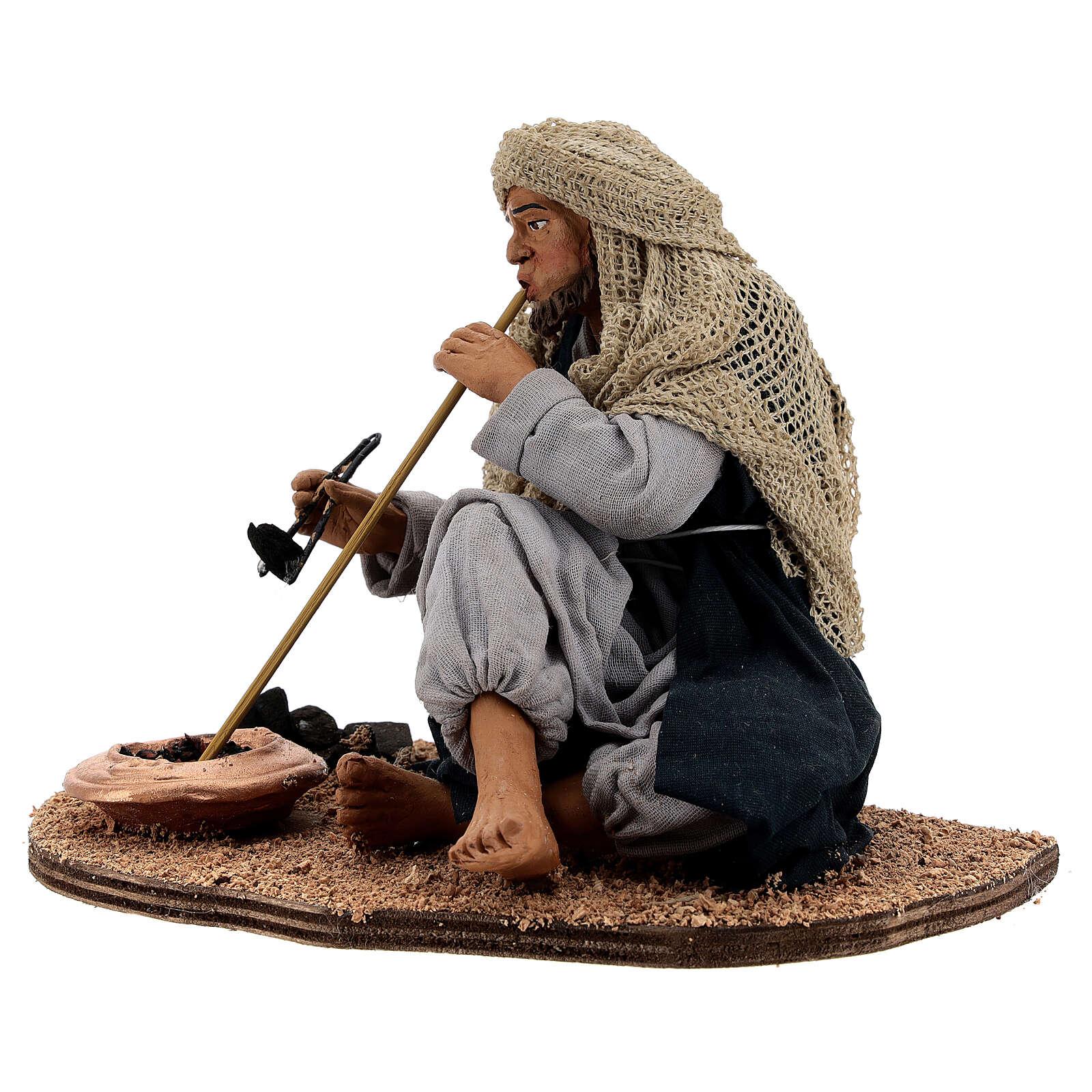Homem acendendo fogueira para presépio napolitano com figuras de altura média 30 cm 4