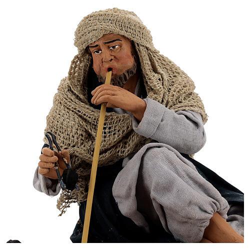 Homem acendendo fogueira para presépio napolitano com figuras de altura média 30 cm 2