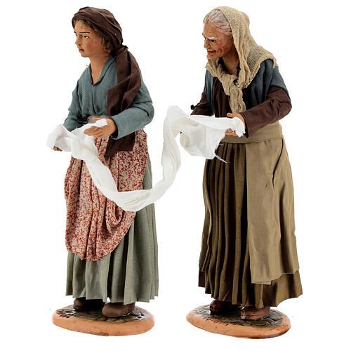 Mulheres torcendo um pano para presépio napolitano com figuras de altura média 30 cm 3
