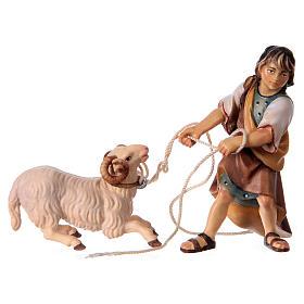 Belén Val Gardena: Niño que tira un carnero de rodillas para belén Original madera pintada en Val Gardena 12 cm de altura media