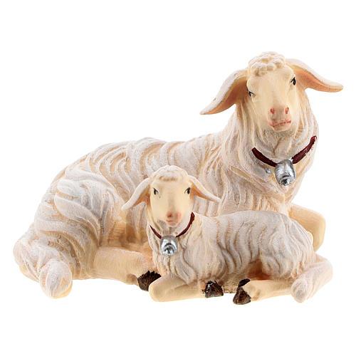 Pecora sdraiata con agnello legno dipinto presepe Kostner 12 cm 1