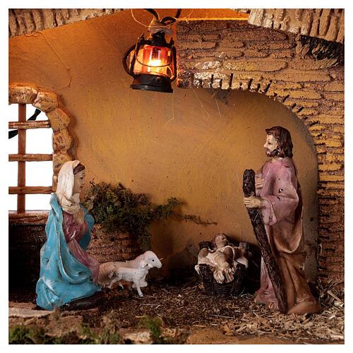 Estábulo com lanterna para presépio com figuras altura média 10 cm; medidas: 25x30x20 cm 2