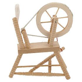 Roda de fiar com lã em miniatura madeira clara para presépio com figuras altura média 12 cm s1
