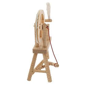 Roda de fiar com lã em miniatura madeira clara para presépio com figuras altura média 12 cm s4