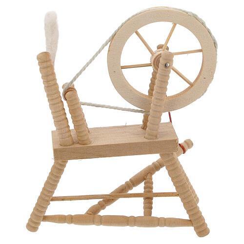 Roda de fiar com lã em miniatura madeira clara para presépio com figuras altura média 12 cm 1