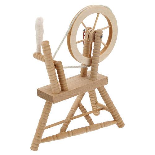Roda de fiar com lã em miniatura madeira clara para presépio com figuras altura média 12 cm 2