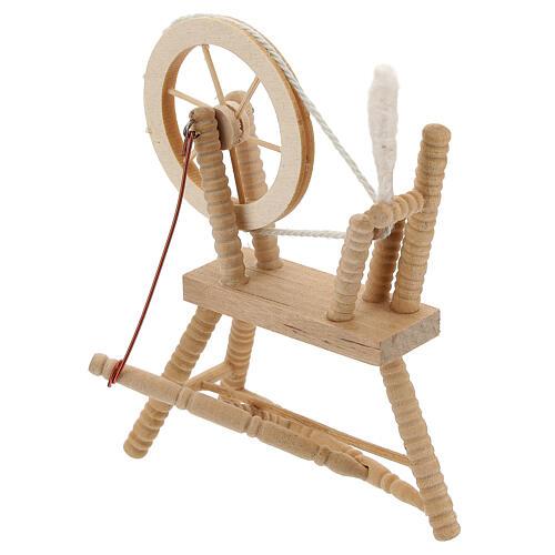 Roda de fiar com lã em miniatura madeira clara para presépio com figuras altura média 12 cm 3
