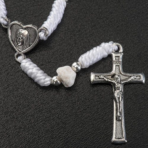 Dezena Medjugorje pedra fio branco medalha coração 2
