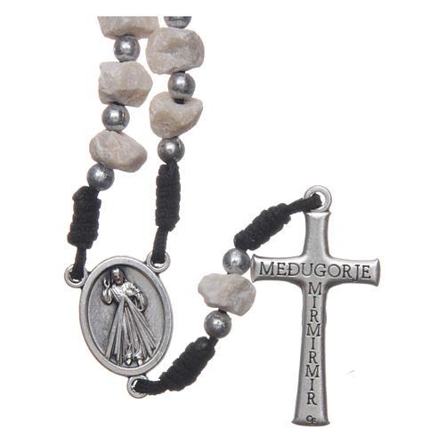 Rosenkranz aus Medjugorje mit Perlen aus Stein auf einer schwarzen Kordel 2